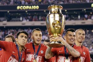 Na snímke čílsky futbalista Edson Puch drží pohárovú trofej po víťazstve vo finále 45. ročníka Copa America Argentína - Čile (0:0, 2:4 po rozstrele zo značky 11 m).