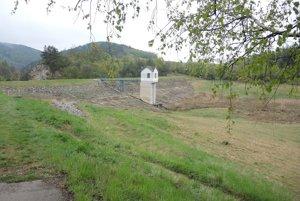 Vodná nádrž Brezová pod Bradlom je bez vody od roku 2009.