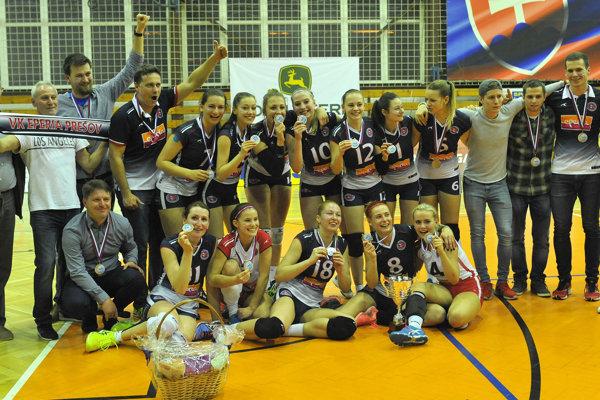 Úspešný kolektív má dôvod na oslavu. Prešovské volejbalistky skončili vextralige tretie.