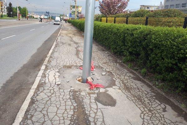 Stožiare na Moldavskej. Na chodníku vraj budú iba dočasne. Na svojom mieste však zostanú. Inde dajú chodník.
