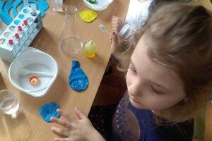 Predškoláci si vyskúšali, aké to je byť chemikom.