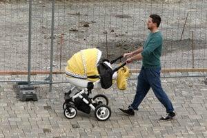 Na materskú dovolenku sa už naučili chodiť aj otcovia.