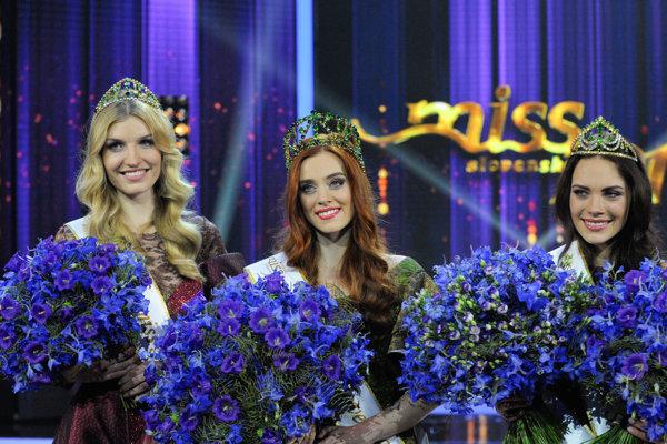 Zľava druhá vicemiss Miss Slovensko 2017 Michaela Cmarková, víťazka súťaže Hanka Závodná a prvá vicemiss.