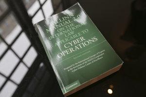 Kópia príručky The Talinn Manual 2.0, ktorú experti pripravili na to, aby pomohli rozlíšiť kybernetické vojenské útoky od obyčajných foriem elektronických útokov.