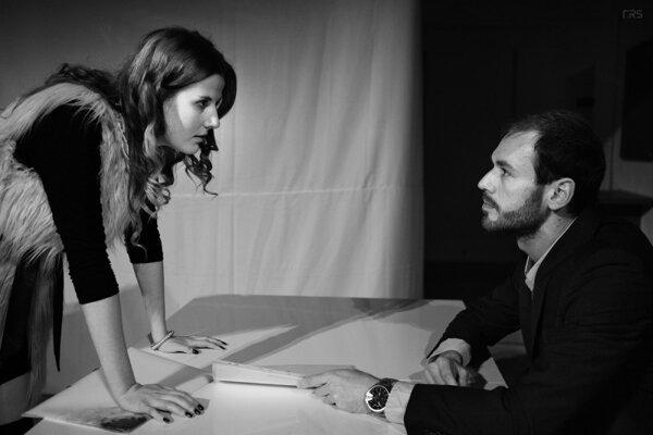 """Príbeh divadelnej hry sa odohráva v prostredí nadnárodného koncernu. V osobnej konfrontácii sa stretávajú tri dvojice pracovníkov spoločnosti. Cieľ každého je jasný – uspieť, byť najlepší a """"pochovať súpera""""."""