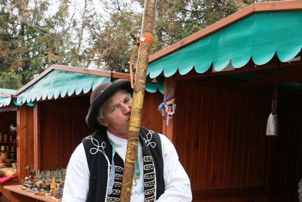 Rezbár Pavol Tomko. Na jarmok priniesol aj zaujímavé hudobné nástroje.