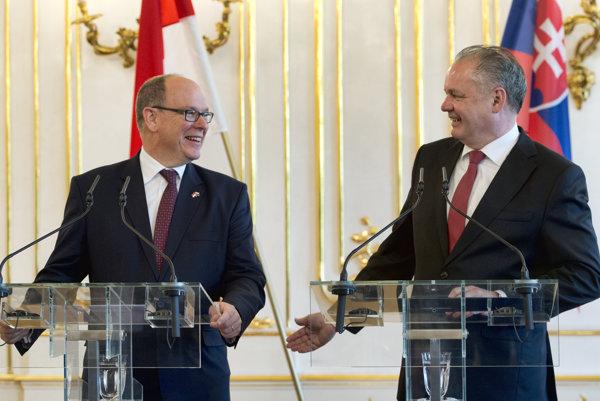 Na snímke vpravo prezident SR Andrej Kiska a vľavo monacké knieža Albert II. počas tlačovej konferencie v Prezidentskom paláci 2. mája 2017 v Bratislave.