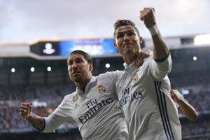 Cristiano Ronaldo (vpravo) oslavuje jeden zo svojich gólov do siete Atlética Madrid so svojím spoluhráčom Sergiom Ramosom.