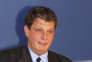 Na snímke z roku 2002 preberá syn Ladislava Horského ocenenie za svojho otca pri príležitosti jeho uvedenia do Siene slávy slovenského hokeja.