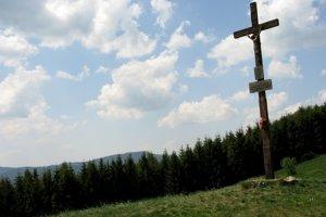 Kríž v sedielku na hrebeni.