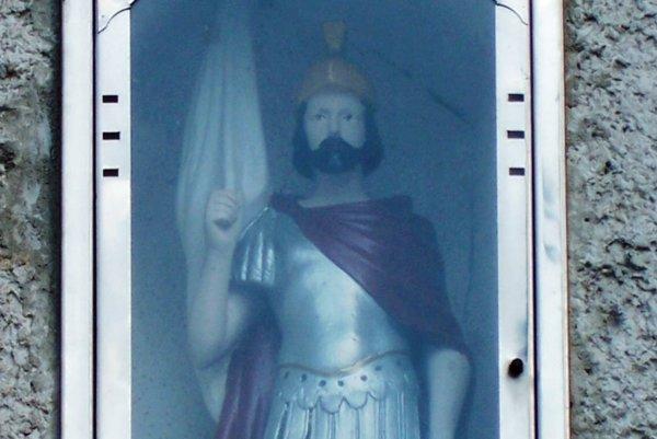 Svätý Florián ktorý bol pôvodne trpaslíkom našiel svoj domov nad dverami požiarnej zbrojnice.