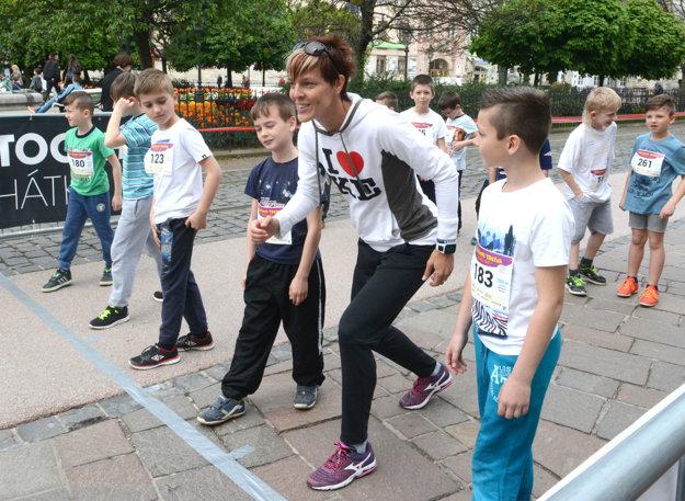 Deti sprevádzali na štart stewardi. Boli nimi aj slovenské reprezentantky, skokanské dvojičky Jana a Dana Velďákové.