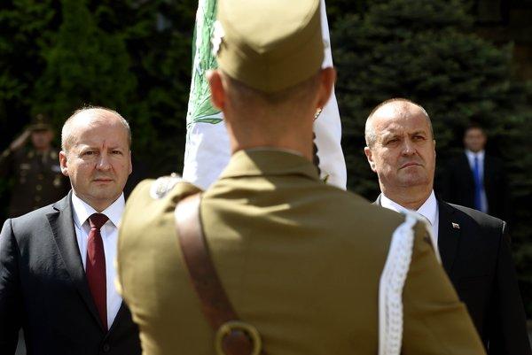 Minister Gajdoš s ministrom obrany Maďarska Istvánom Simicskóom.