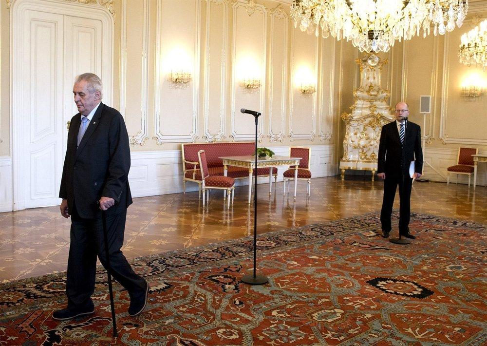 Zeman počas Sobotkovho prejavu odišiel.