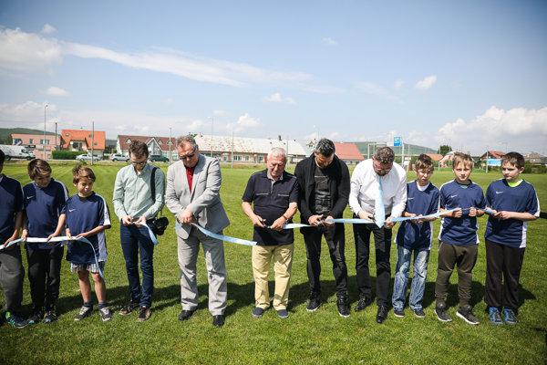 Pásku slávnostne prestrihli (zľava):  Patrik Žák – viceprimátor mesta Trenčín, Ivan Gróf – predseda ObFZ Trenčín, Jozef Jankech, Martin Fabuš a Tomáš Vaňo.