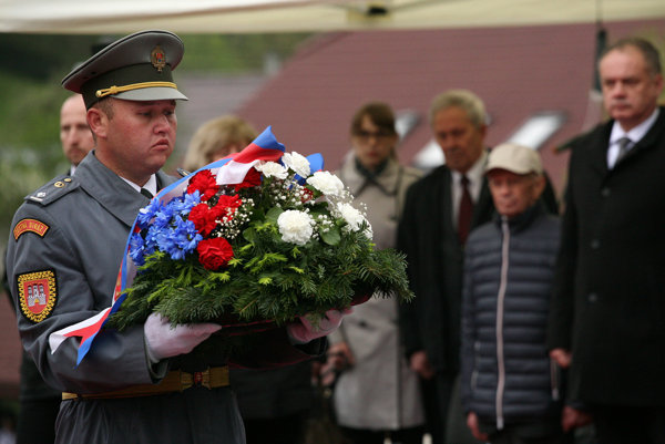 Prezident SR Andrej Kiska (vpravo) pri pamätníku Oslobodenia v Kalinove v rámci oslavy Dňa víťazstva nad fašizmom.