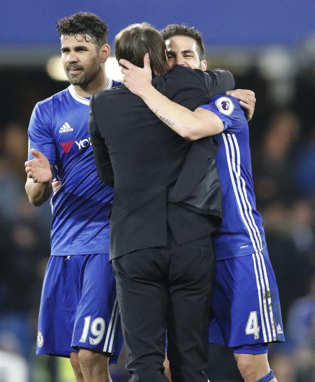 Cesc Fábregas sa objíma s trénerom Antoniom Contem po víťazstve Chelsea nad Middlesbrough.