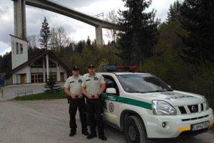 Život muža zachránili títo dvaja policajti.