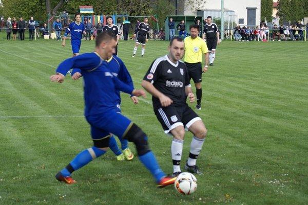 Potvorice (v tmavom) zvládli ďalší zápas. VIII. lige Nové Mesto kraľujú bez straty bodu.
