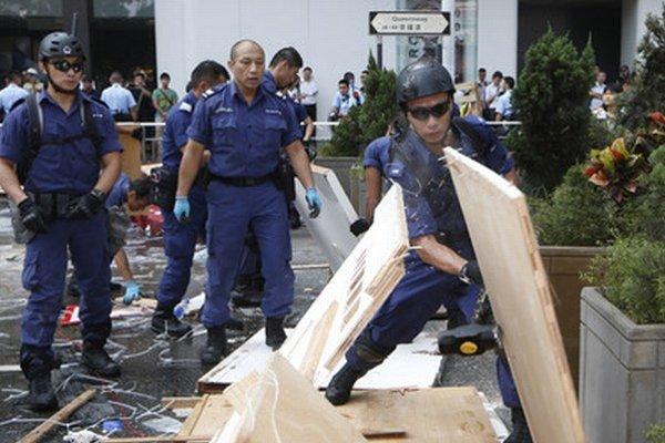 Polícia v Hongkongu pokračuje v odstraňovaní barikád.