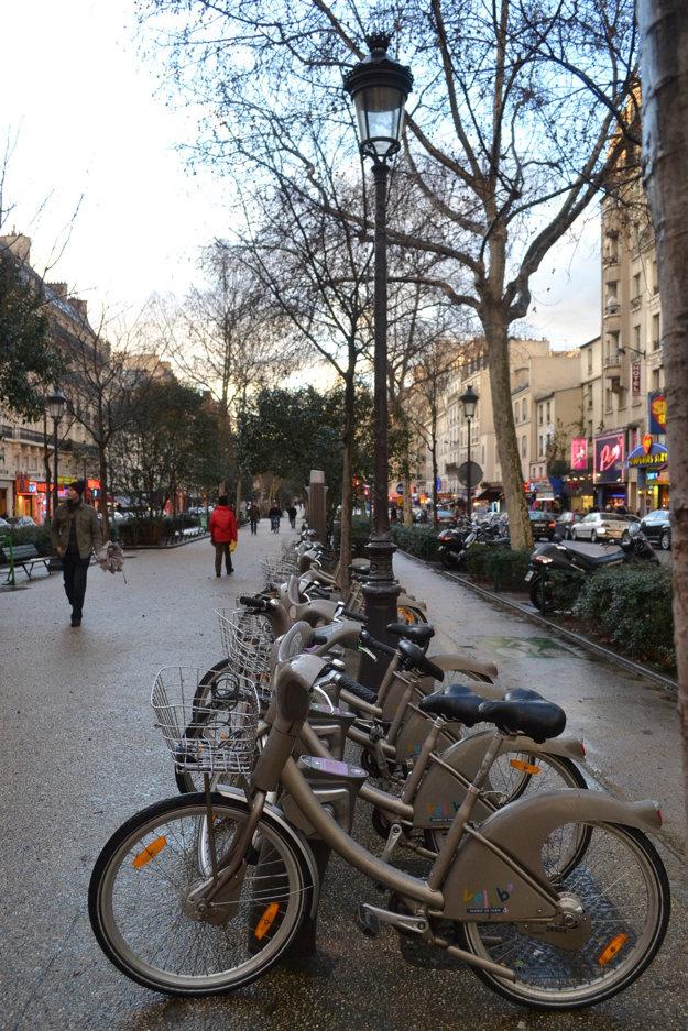 Verejné bicykle v Paríži.