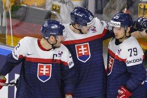 Hokejisti Slovenska sa tešia z druhého gólu v zápase, ktorý strelil Libor Hudáček (vpravo).