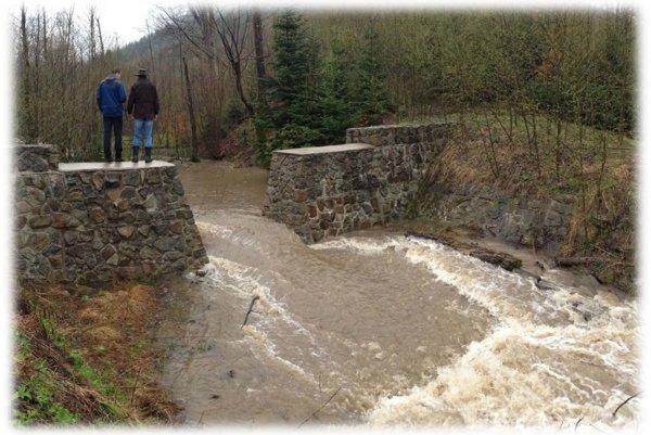 Starostovia si takúto ochranu pred povodňami pochvaľujú. Hrádzky sa ukázali byť dobrými pomocníkmi. Ukázali to aj nedávne povodne.