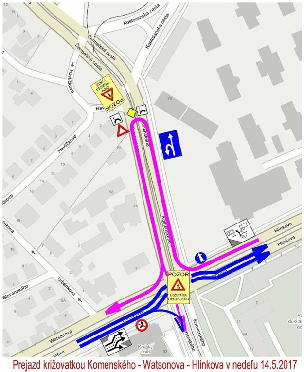 Križovatka v nedeľu. Fialová čiara - prejazd cez Komenského v smere Hlinkova - Watsonova, modrá čiara - prejazd v smere Watsonova - Hlinkova.