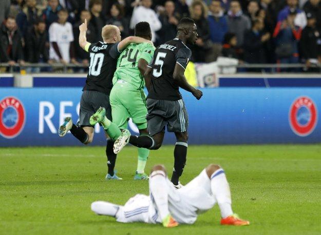 Futbalisti Ajaxu Amsterdam oslavujú postup do finále Európskej ligy.