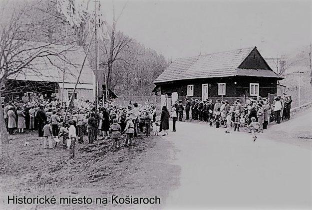 Historická fotografia, na ktorej sú zhromaždení ľudia. Takto si po vojne niekoľko rokov spomínali na udalosti v Košiaroch.