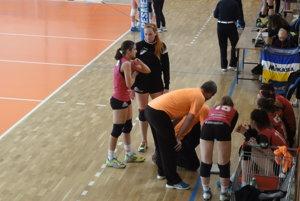 Porada trénerov s dievčatami počas barážového turnaja vo Zvolene