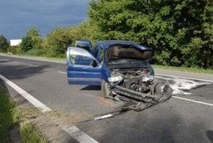 Zničený peugeot. Vodič nezvládol riadenie.