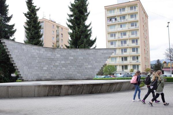 Pódium v Novákoch je čiernou stavbou.