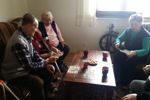 Seniori si zaspomínali na dávne časy pri výnimočných obrazoch zKysúc aOravy.