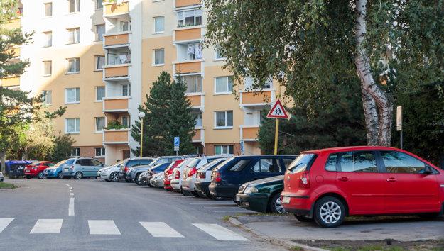 Problematiku parkovacích miest začína mesto riešiť najskôr na Západe, kde je situácia najhoršia.