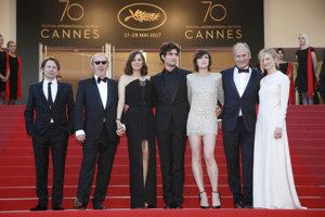 Zľava Mathieu Amalric, Arnaud Desplechin, Marion Cotillard, Louis Garrel, Charlotte Gainsbourg, Hippolyte Girardot a Alba Rohrwacher