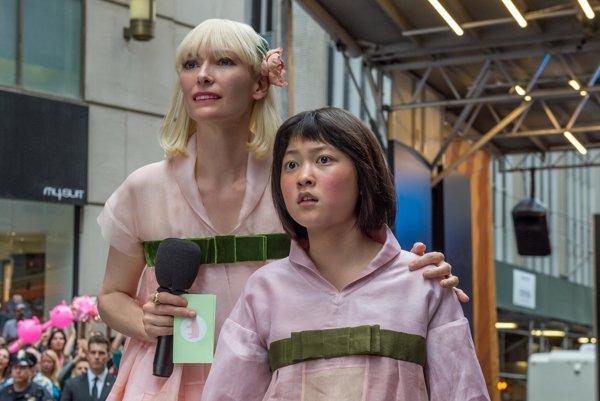 Tilda Swinton (vľavo) v súťažnom filme Okja. Vyrobil ho Netflix.