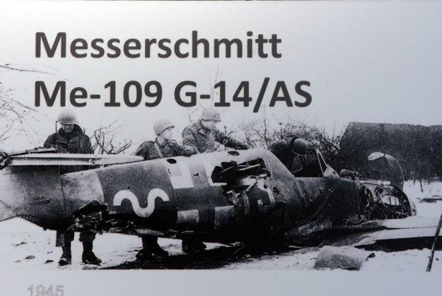 """""""Košický"""" Messerschmitt. Tu sa začal písať jeho príbeh. Fotografia zachytáva amerických vojakov bezprostredne po jeho zostrelení protilietadlovou batériou pri obci Felsberg na juhu Nemecka 1. januára 1945."""