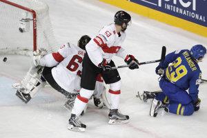 Švédsky hokejista William prekonáva brankára Leonarda Genoniho.