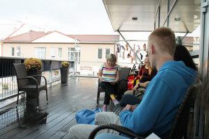 Čítanie na terase.