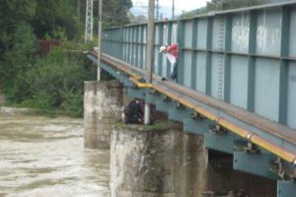 Mladý muž chcel skočiť do rieky Kysuca.