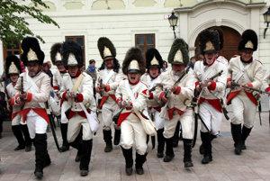 Vojská rakúskej armády na bratislavskom Hlavnom námestí.