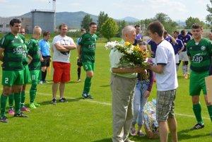 Alojz Prekop prijíma gratuláciu od organizačného pracovníka TJ Vlára Petra Schwandtnera.