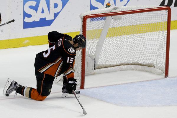 Kapitán zámorského hokejového klubu NHL Anaheim Ducks Ryan Getzlaf dostal od vedenia súťaže pokutu 10-tisíc dolárov.
