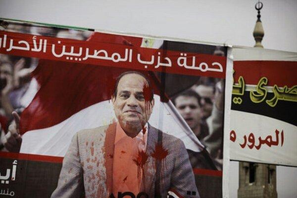 Zvolený prezident a bývalý šéf armády Sísí pošpinený červenou farbou.