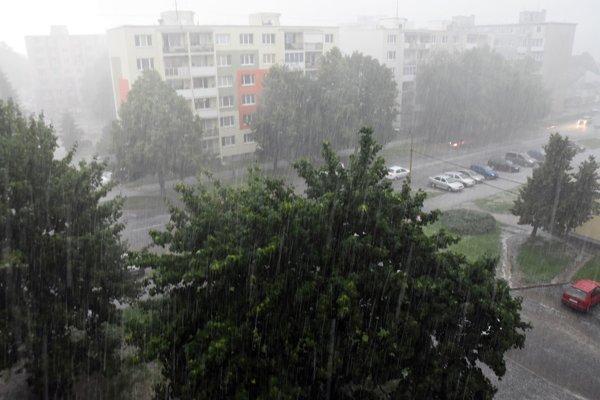 Výstrahy pred búrkami platia pre celé Slovensko.
