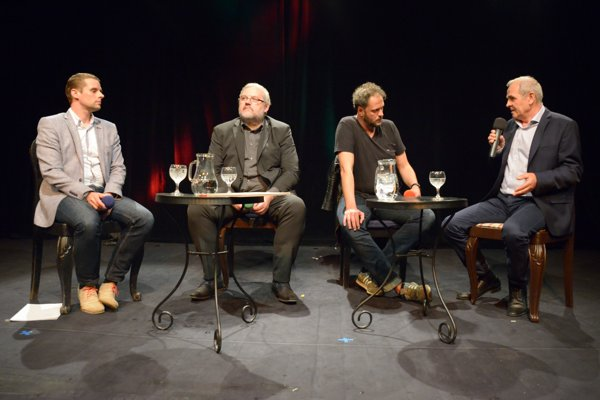Martin Klus, Stanislav Mičev a Ján Lunter na debate v Havranovom kabarete v Banskej Bystrici.