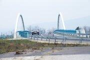 Most na R1 je od starej odbočky oddelený plotom.