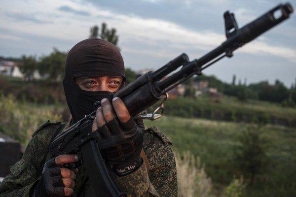 Proruský separatista z Luhanska je jedným z tisícov ozbrojencov, ktorí vedú tvrdé boje proti vládnym jednotkám. 