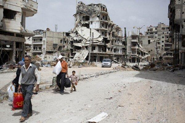 Z rozbombardovaného Homsu odchádzajú rodiny.